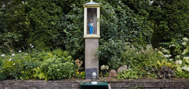 Mažučių Marijos Malonės versmių koplyčia prie šaltinėlio ir skulptūros