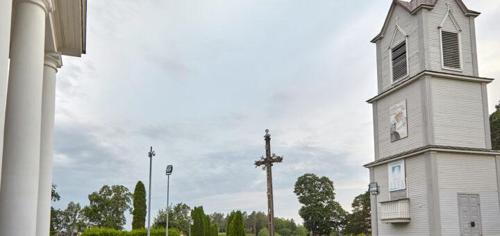 Kryžius Pivašiūnų bažnyčios šventoriuje