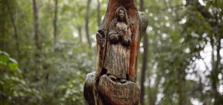 Kryžiai prie Zigmantiškių akmens su Marijos pėda