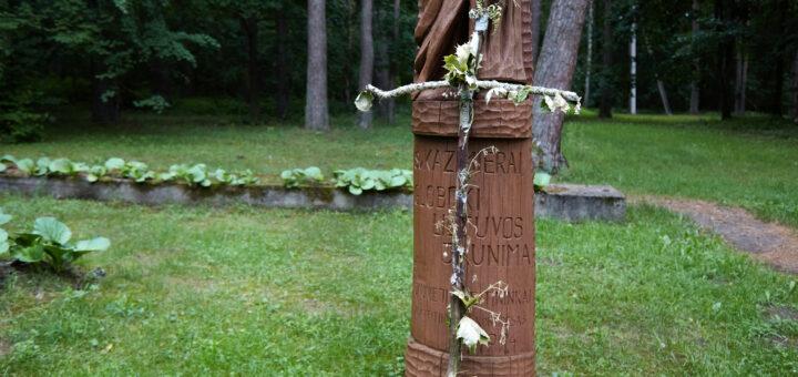 Kryžiaus kelio stotys Berčiūnų ateitininkų stovykloje